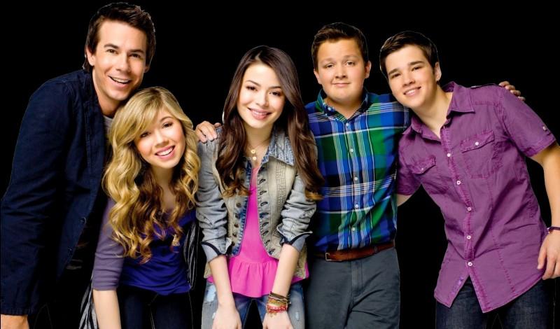Comment s'appelle cette série où trois adolescents filment une émission télévisée ?