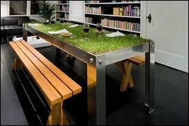 Cette table est vraiment ... avec cette herbe qui a l'air si douce.