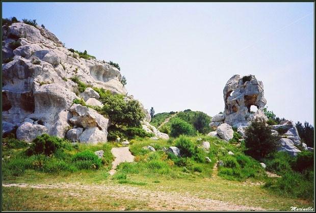 C'est dans les Alpilles, en contrebas des Baux de Provence que l'on peut découvrir les magnifiques et étranges rochers du Val d'Enfer, dans quel département ?
