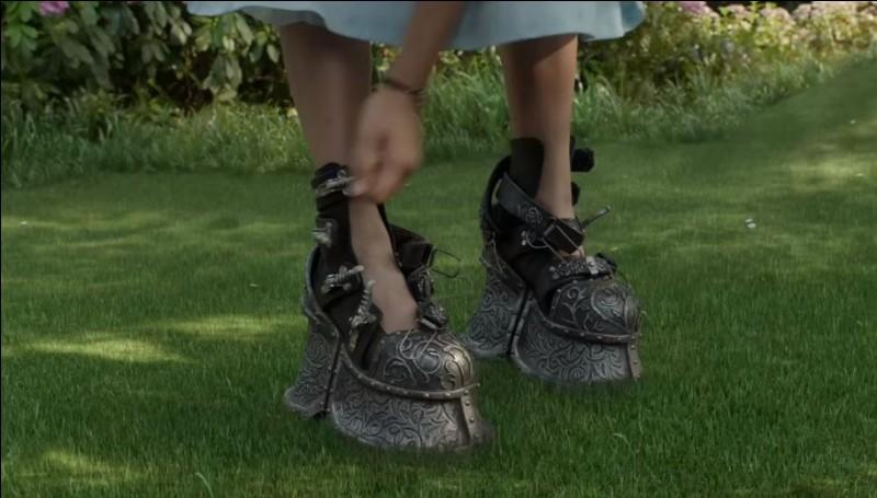 Qu'est-ce qu'a Emma dans ses chaussures pour éviter qu'elle ne s'envole ?