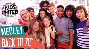 Avec quel groupe de chanteurs peut-on voir les Kids United sur cette image ?