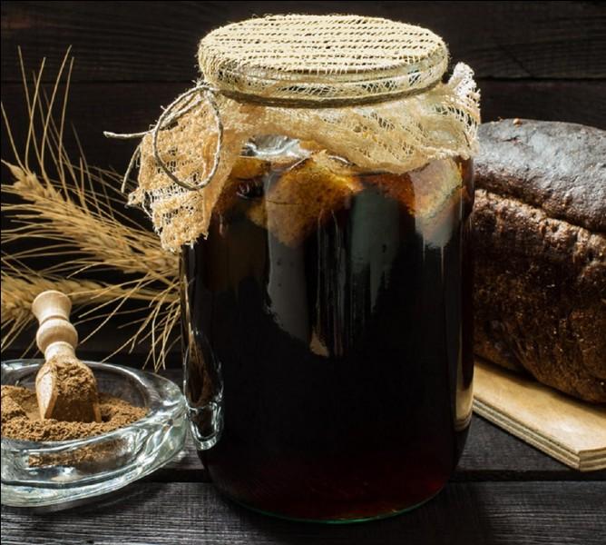 Cette boisson est préparée à partir de pain de seigle cuit en croûtons et ensuite imbibé d'eau contenant de la levure, du sucre et peut-être d'un peu de fruits.Quelle est cette boisson ?