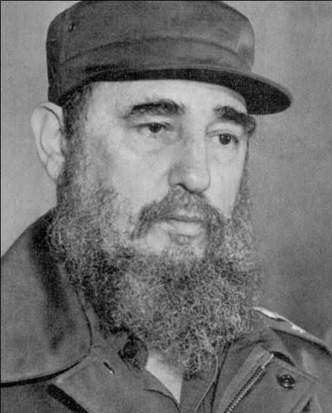 Né en 1926, il dirigea Cuba pendant plusieurs décennies avant de se retirer en faveur de son frère. Qui est-ce ?