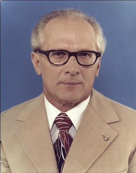 Au pouvoir en RDA de 1971 à 1989, il mourut en exil en 1994, à Santiago du Chili. Qui est-ce ?