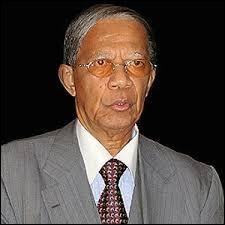 Finissons par un exemple moins connu. Après avoir dirigé Madagascar de 1975 à 1993, alors communiste, il fut démocratiquement élu président en 1997 avant de quitter le pouvoir en 2002. Qui est-ce ?