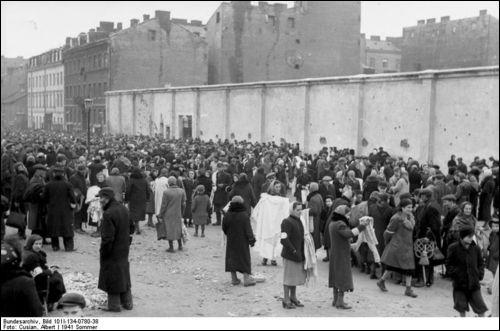Quel était ce quartier où les Juifs étaient tenus de résider, isolés du reste de la population et étroitement surveillés, à Varsovie, et qui fut instauré dès 1940 par les nazis ?