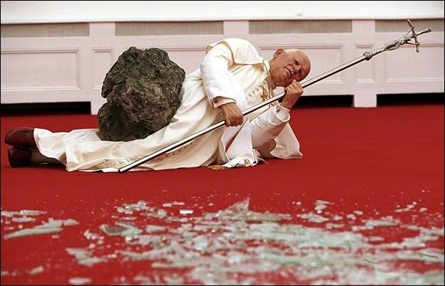 """En 1999, Maurizio Catellan provoque l'ire de milliers de chrétiens avec """"La nona ora"""". Quel pontife y est représenté grandeur nature ?"""