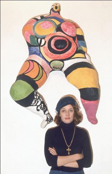 Nikkie de Saint-Phalle pose avec une de ses créatures à scandale. Comment s'intitule l'œuvre ?