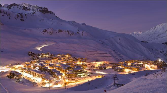 """Quelle est cette station de sports d'hiver située en Haute-Tarentaise, dans le Massif de la Vanoise, à 1 850 m d'altitude, et qui organise chaque année """"le Critérium de la première neige"""" ?"""