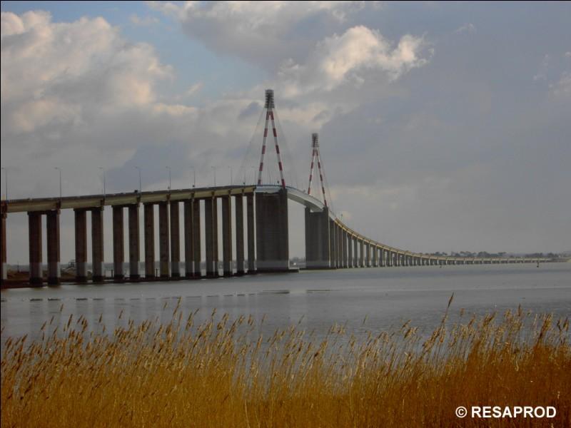 Qu'est-ce qui coule sous le pont de St-Nazaire ?