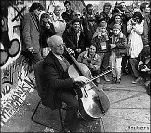 Qui a joué du violoncelle au pied du mur de Berlin en 1989 ?