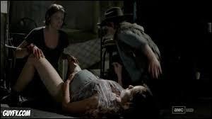 Quel personnage tire une balle dans la tête de Lori pour qu'elle ne se transforme pas en zombie ?