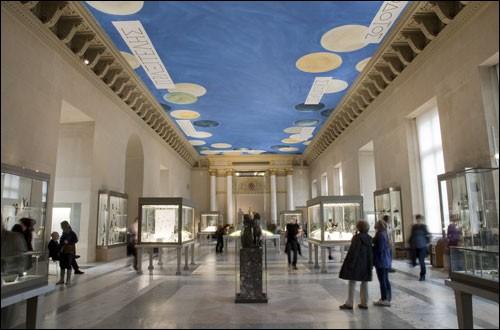 Depuis le XIXe siècle, les artistes vivants sont exclus du musée. Il faut être mort pour pouvoir y faire son entrée ! Y aurait-il eu malgré tout quelques exceptions ?