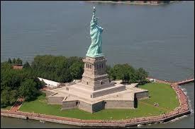 Comment s'appelle l'île où se trouve la Statue de la Liberté ?