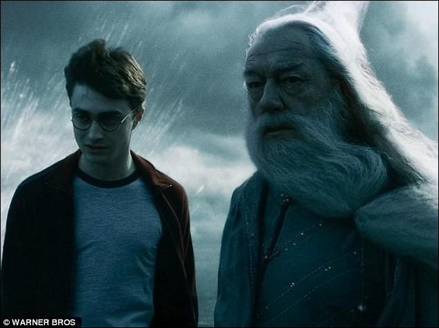 """Dans """"Harry Potter et le Prince de sang-mêlé"""", en quel objet le professeur Slughorn s'est-il transformé avant que Harry et Dumbledore n'entrent dans la maison ?"""