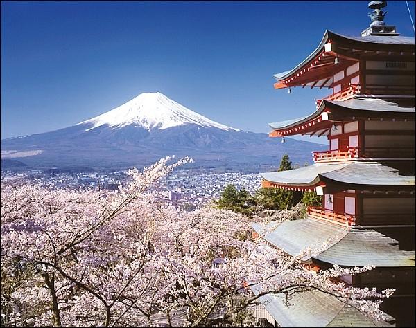 Comment s'appelle ce mont situé sur le côté sud de l'île de Honshu, d'une altitude de 3776 m et qui, de ce fait, représente le point culminant du Japon ?