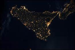 Quel île de la Méditerranée peut-on reconnaître sur ce cliché de nuit ?