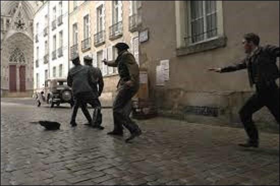 Le 20 octobre 1941, est abattu à Nantes le commandant des troupes d'occupation en Loire-Inférieure par un commando de trois communistes de l'Organisation spéciale et des Bataillons de la Jeunesse. Mais comment se nommait ce nazi ? (Rien à voir avec le cimetière du Père-Lachaise, c'est seulement pour mieux apporter les conséquences concernant la prochaine question).