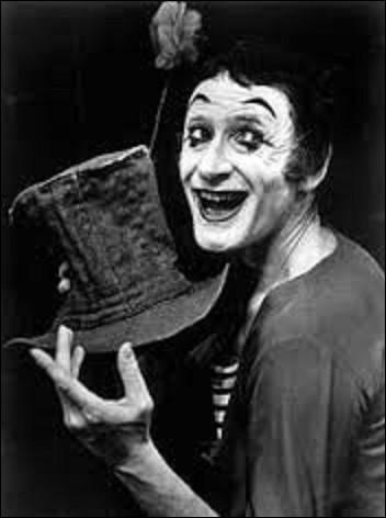 Né Marcel Mangel en 1923, clown, acteur et mime, Marcel Marceau jouera durant sa carrière dans quatorze courts-métrages et films, et 20 pièces de théâtre. Il connaîtra un grand succès international avec son personnage, créait en 1947, silencieux et clownesque du nom de...
