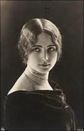 """Danseuse et icône de beauté, Cléopâtre-Diane de Mérode dite Cléo de Mérode, née à Paris en 1875. Excellant dans son domaine, sa beauté délicate est restée légendaire. Posant pour le sculpteur Alexandre Falguière ou pour des peintres comme Degas, elle ne manquera pas de soupirants. Dans ses mémoires publiées en 1955, """"Le Ballet de ma vie"""", avec quel roi relate-t-elle son aventure amoureuse ?"""