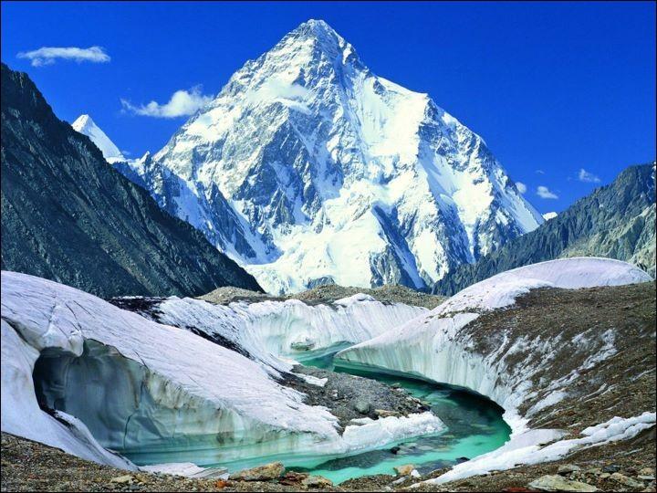 Quel est ce sommet situé sur la frontière sino-pakistanaise, dont l'ascension est considérée comme 'étant la plus difficile ?