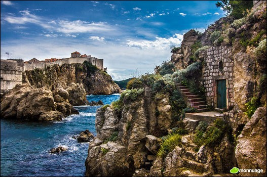 Au sud de la Croatie se trouve la ville médiévale de Dubrovnik, avec ses fameuses murailles construites sur les falaises, au-dessus de la mer Adriatique. Quel nom porte la ville de Dubrovnik ?