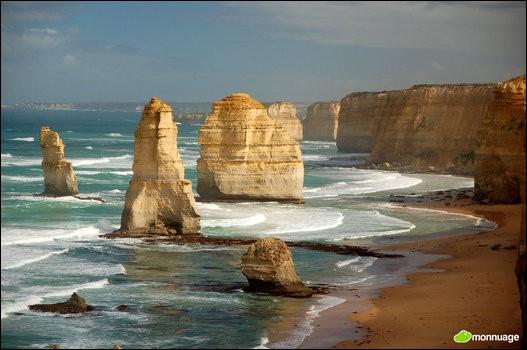 Ces étonnantes tours de calcaire qui culminent à plus de 45 mètres au-dessus du niveau de la mer, figurent parmi les sites les plus photographiés d'Australie. Quel est leur nom ?