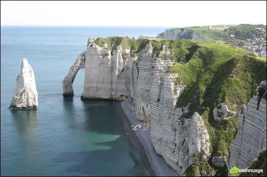 Quel peintre impressionniste a immortalisé les falaises d'Étretat, notamment avec « La mer agitée à Étretat » en 1883 ?