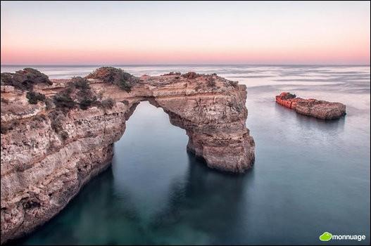 Si la côte de l'Algarve est célèbre, c'est en grande partie grâce à ces charmantes falaises comme l'arc d'Albandeira, une enclave où l'on peut admirer de superbes couchers de soleil. Dans quel pays se situe-t-on ?