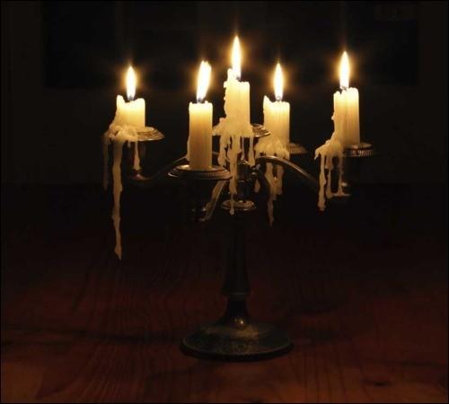 L'ampoule a grillé. J'allume enfin ce vieux candélabre, afin d'éclairer l'escalier par cette nuit....