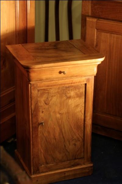 J'admire cette table de nuit ancienne, oubliée dans un coin, fabriquée dans un bois noble :