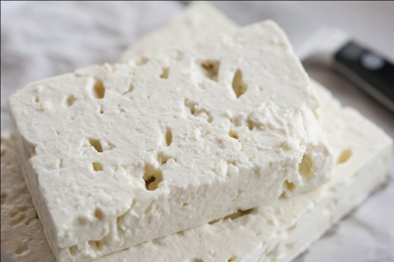 Du lait de quel animal ne fabrique-t-on pas ce fromage grec qui enrichit souvent les salades ?