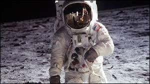 7 sacs de matière fécale humaine ont été déposés sur la Lune lors de la mission Apollo 11.
