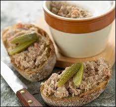 Dans quoi cuit-on traditionnellement la viande de porc destinée à devenir des rillettes ?