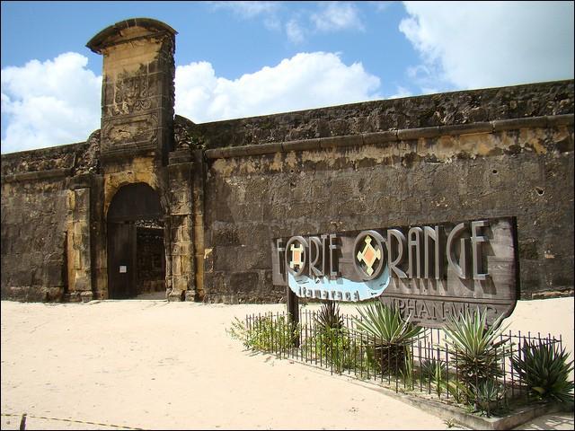 """Dans quel pays d'Amérique du Sud se situe """"le fort orange"""", sur l'île d'Itamaracá ?"""