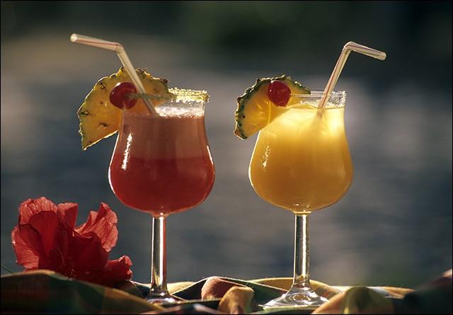 Dans le cocktail que je vous offre, j'ai mis du rhum blanc, du sucre de canne, du jus de fruit de la passion, d'ananas et d'orange !