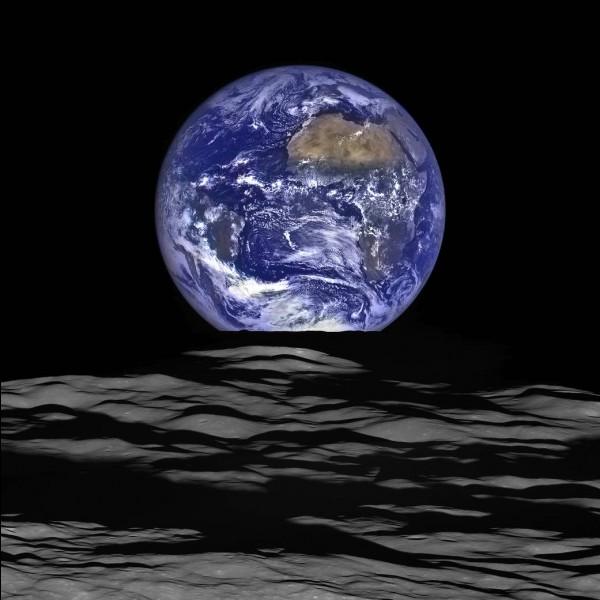 """Qui se représentait la terre """"bleue comme une orange"""" ?"""