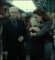 19 ans après la bataille, Draco est sur le quai de King's Cross, lors du départ de Poudlard Express, avec qui est-il ?