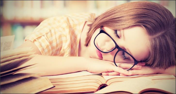 Pour un adolescent entre 14 et 17 ans, combien d'heures de sommeil recommande-t-on ?