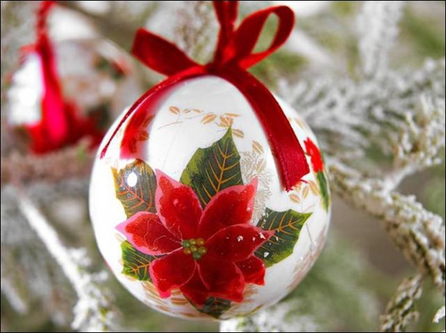 Quelle fleur ornementale est représentée sur cette boule ?