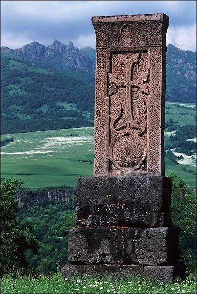 """Cette stèle ou """"khatchkar"""" se retrouve en grand nombre dans les campagnes du premier royaume chrétien au monde. Lequel ?"""