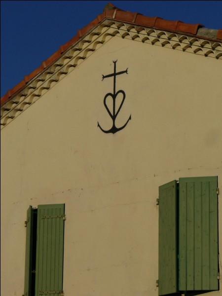 Cette croix récente (1926) comporte 3 symboles : les tridents, le cœur et l'ancre. En quel honneur ?