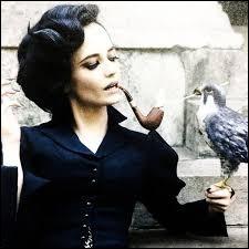 Miss Peregrine a le pouvoir de se transformer en oiseau et de manipuler le temps. Comment appelle-t-on ces êtres surnaturels ?