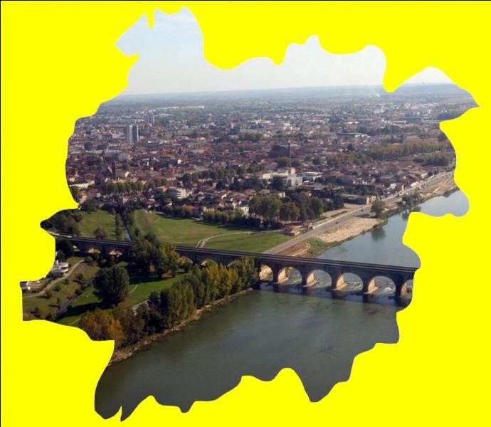 Cette ville du Sud-Ouest possède avec ses 23 arches et ses 539 mètres, l'un des plus long pont canal de France ... .