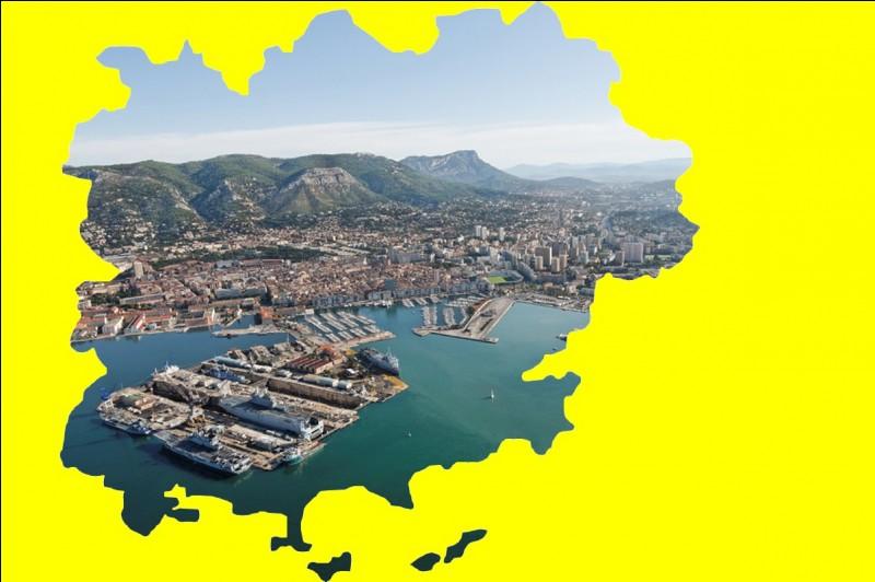 Ville côtière développée sous Louis XIV et fortifiée par Vauban, premier port militaire de France ... .
