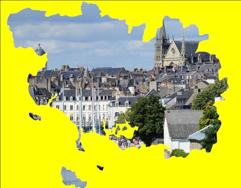 Cette cité maritime, possède une vieille ville enfermée dans ses remparts, groupée autour de la cathédrale Saint-Pierre ... .