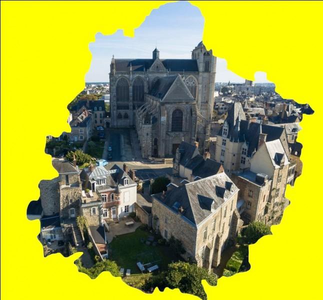 """Cette ville de l'Ouest fût surnommée """" La ville de cire """" en raison de sa production de cire du XVI au XIXème siècle notamment dans l'ancien quartier du Pré ... ."""
