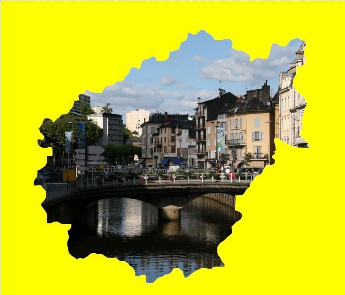 """Capitale de la dentelle et de l'accordéon, ce chef-lieu est surnommé """" La ville aux sept collines """" ... ."""