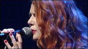 """De quelle chanson d'Elodie Frégé sont extraites ces paroles : """"Non pas sur la bouche, même si c'est louche..."""" ?"""