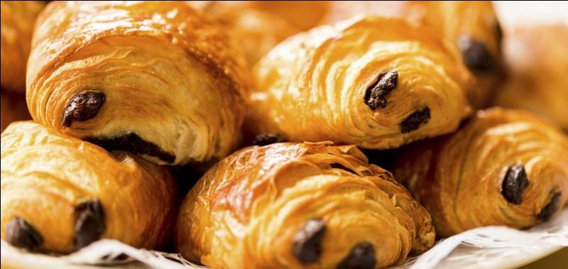 """Un pain au chocolat dit à un croissant : """"Eh mais t'es tout tordu! """"Le croissant lui rétorqua : """" Tu t'es pas vu avec ton caca aux fesses ! """""""